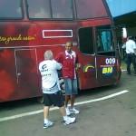 Na chegada do Villa ao estádio, Gedeon é cumprimentado por um carijó
