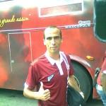 Allan faz pose para foto, também na chegada da equipe ao Estádio Mário Helênio