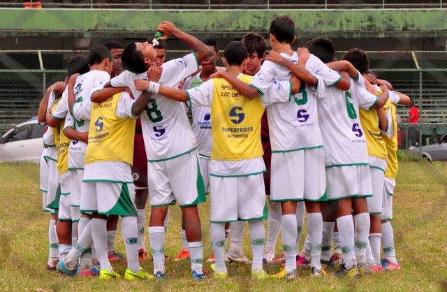 Grupo do Infantil do Sport reunido, mesmo após a derrota, no centro do gramado do Procópio Teixeira.