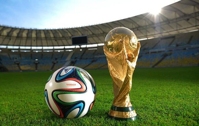 Símbolos do Mundial de 2014, a Brazuca e a Taça da Copa do Mundo no Maracanã. (Foto: Adidas Divulgação)