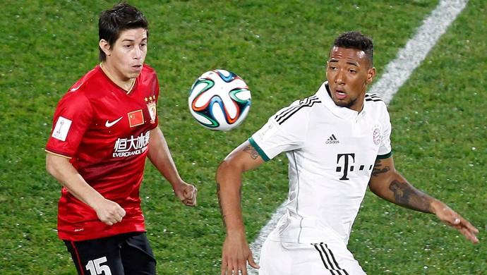 Conca disputa a bola com Boateng. Argentino pouco apareceu em jogo no qual seu time foi dominado (Foto: Reuters)