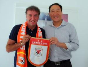 Cuca já posou com cachecol e flâmula do novo clube (Foto: Divulgação /Shandong Luneng)