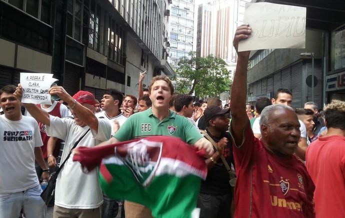 Torcedores do Fluminense ficam em frente ao prédio onde se realizou o julgamento, no Centro do Rio (Foto: Thales Soares)
