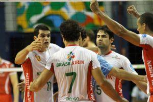 Jogadores do Brasil Kirin comemoram ponto