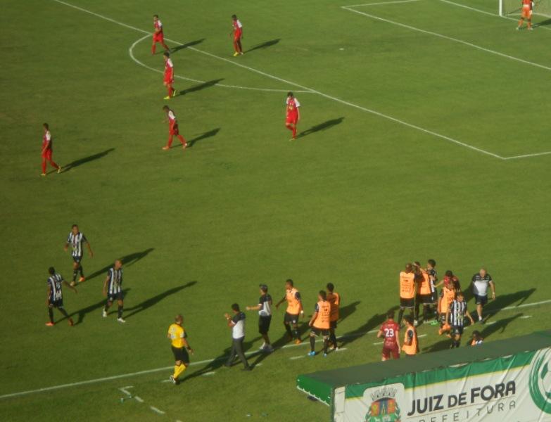 Elenco e Comissão Técnica do Tupi na comemoração do gol da vitória sobre o Nacional: a partir desta quarta, time sob nova direção