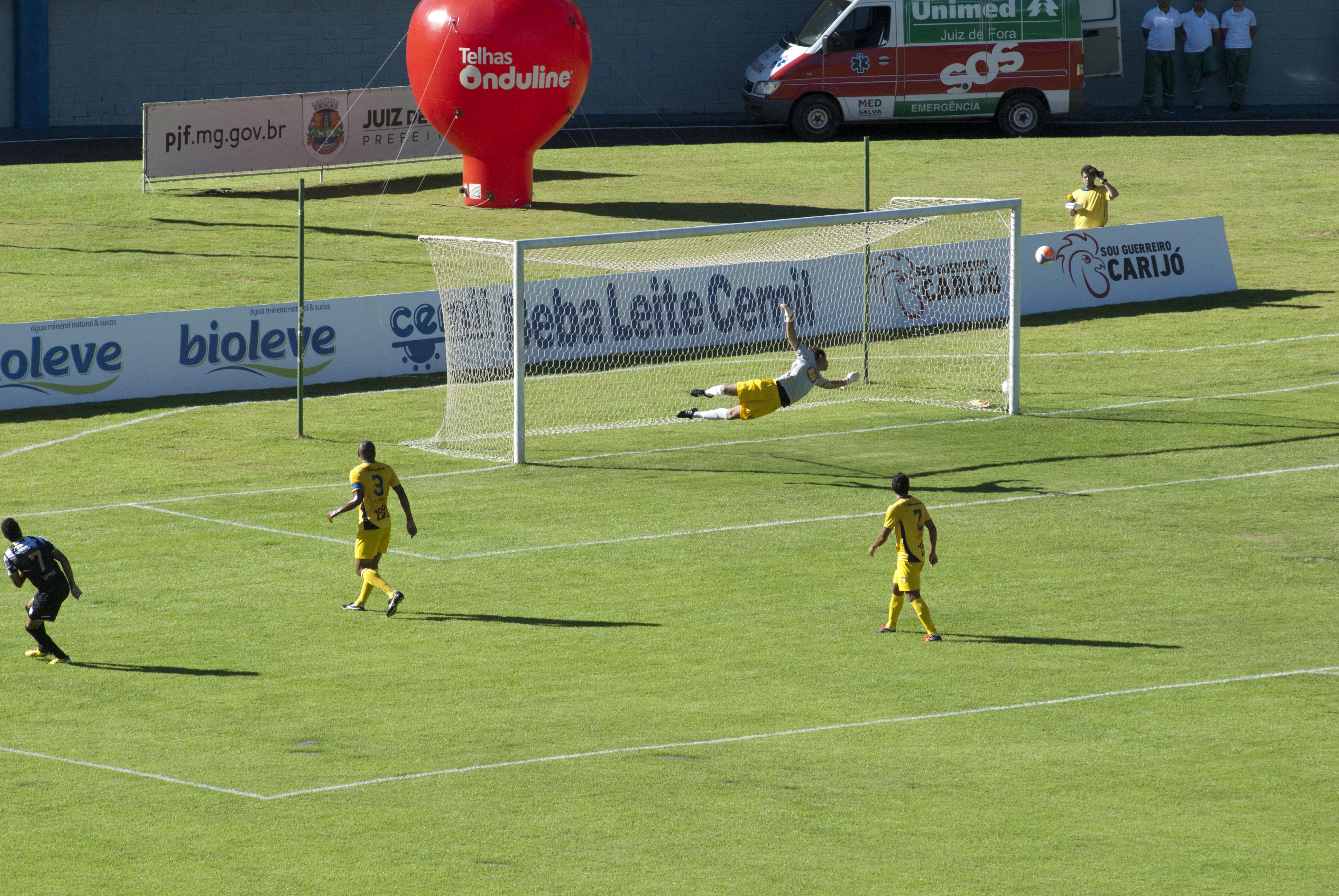Chute colocado de Núbio, que procurou o gol durante toda a primeira etapa, principalmente