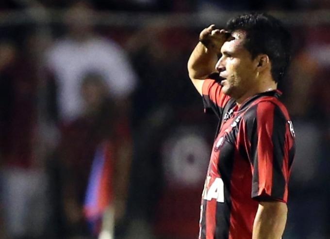 Paulinho Dias comemora o gol do Atlético-PR na vitória desta quinta-feira