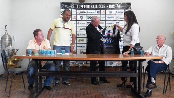 Paulo Campos recebe a camisa do Tupi da presidente Myrian Fortuna