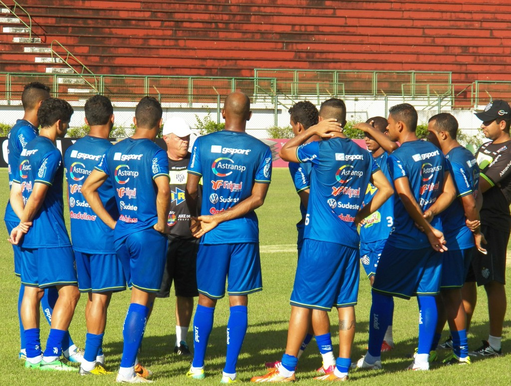 Paulo Campos orienta os jogadores em seu segundo treino como técnico do Tupi