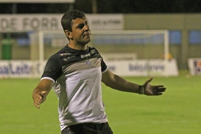 Lúdyo Santos comandou o Tupi no empate sem gols diante do Villa Nova (Foto: Leonardo Costa Tribuna de Minas)