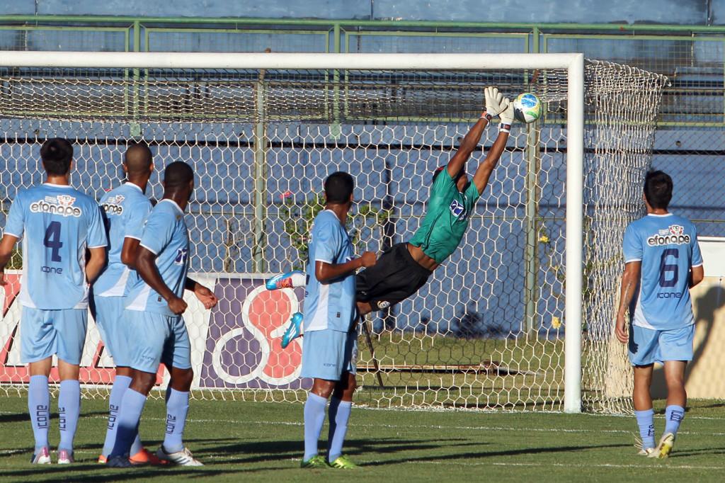 Na cobrança de Raphael Toledo, a bola entra no ângulo: primeiro gol do Tupi na Série C de 2014
