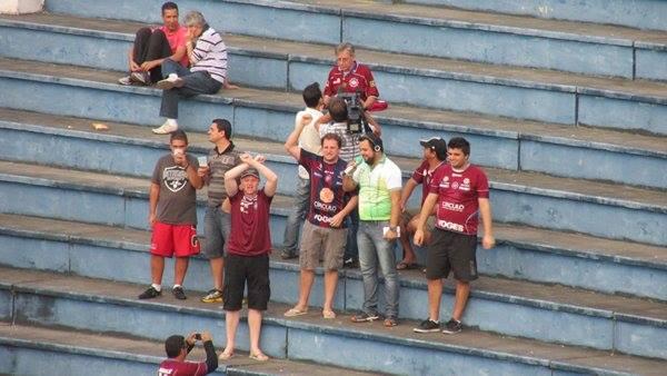Toque de Bola entrevista torcedores do Caxias na arquibancada no intervalo da partida contra o Tupi