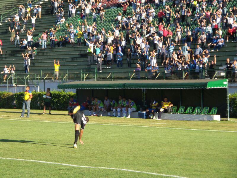 Ewerton Maradona dá cambalhota para comemorar o gol da vitória. Na arquibancada, ainda com sol, o torcedor pula: o Tupi vai bem em casa na Série C, e o Toque de Bola acompanha de perto