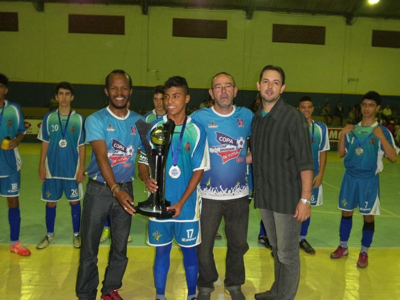 Troféu para Coronel Pacheco, campeão infanto-juvenil 2014 da Copa Prefeitura Bahamas de Futsal
