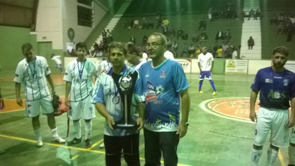 Capitão e goleiro do EC Jardim Glória, Paulo Roberto recebe o troféu do vice-campeonato