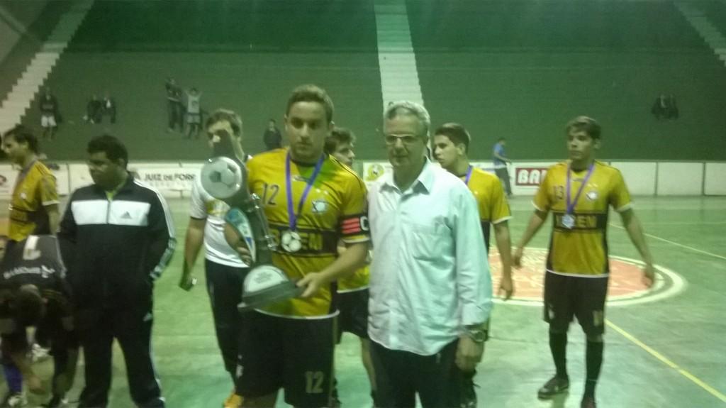 Matheus Augusto, do Ibrem FCC, recebe o troféu de vice-campeão