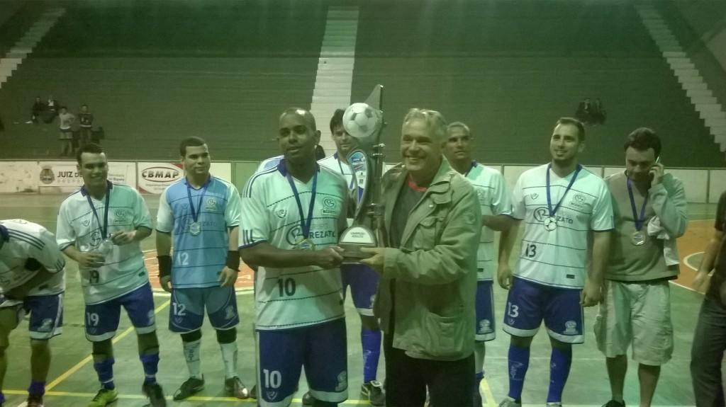 Capitão da Rezato, Felipe Otávio recebe o troféu de campeão da categoria adulto da Copa Prefeitura Bahamas de Futsal