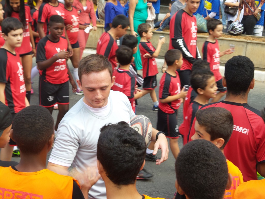 Ao lado de alunos do SESI, Connor realizou pequena demonstração do rugby no desfile de abertura dos Jogos SESI neste domingo