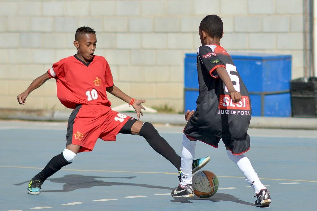 O jovem Redney, número 5, foi eleito revelação no futsal pelo time de Juiz de Fora