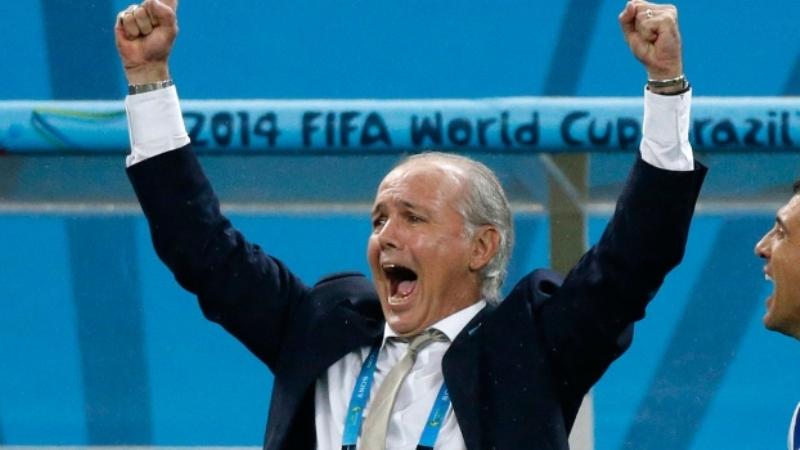 Alejandro Sabella celebra o gol de pênalti de Maxi Rodríguez, que colocou a Argentina na final