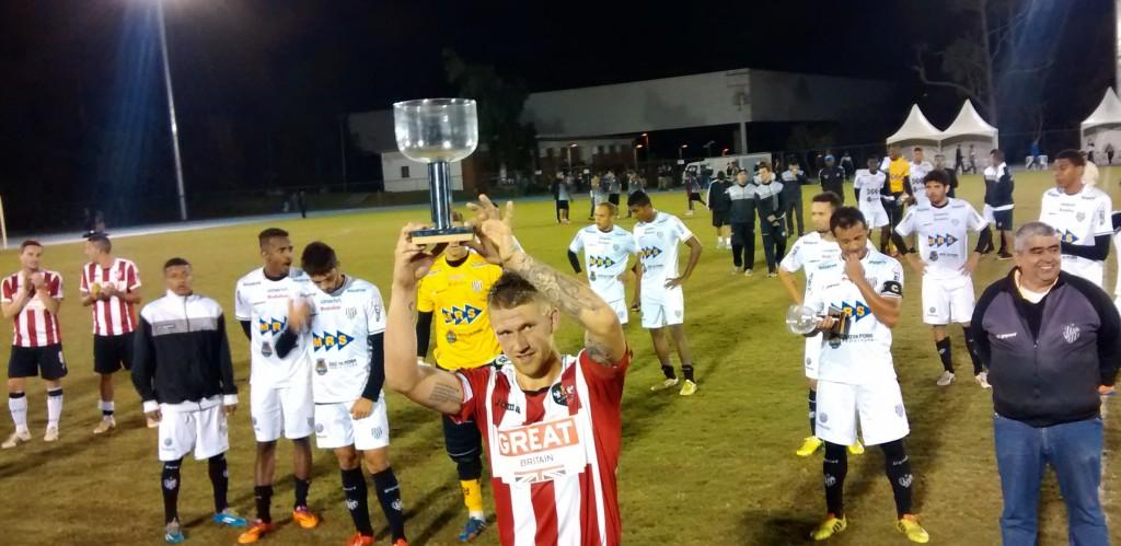 Ingleses receberam o Troféu UFJF pela vitória sobre o Tupi