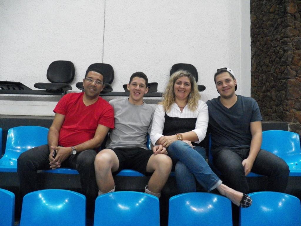 Família Aragão: apoio no sonho de Igor (segundo da esquerda para a direita) a se profissionalizar na equipe juizforana
