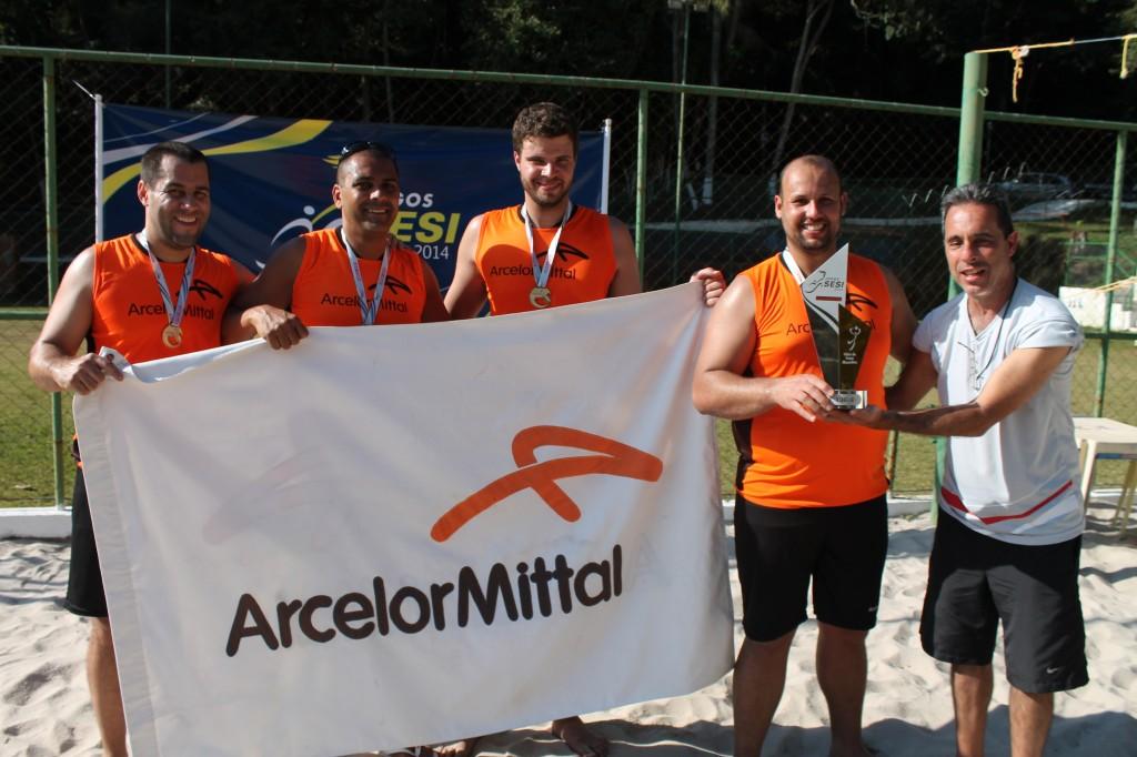 Equipe masculina de atletas-trabalhadores da Arcelor comemora mais um título nos Jogos Sesi Juiz de Fora