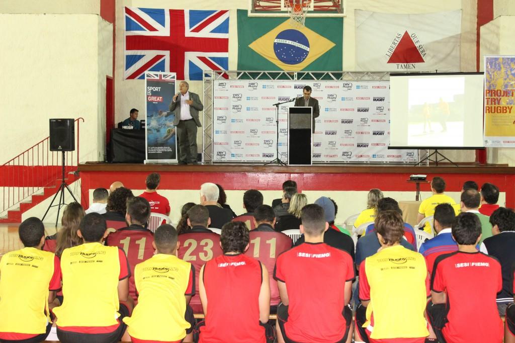 José Antônio Bara Miguel (à esquerda) procurou incentivar ainda mais os alunos do Atletas do Futuro, do Sesi-JF