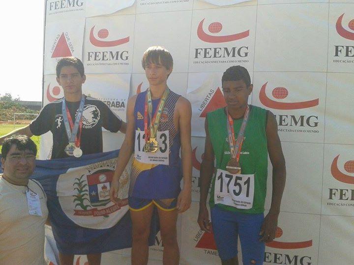 Lucas Pinheiro (centro) entrou para a história do atletismo matiense