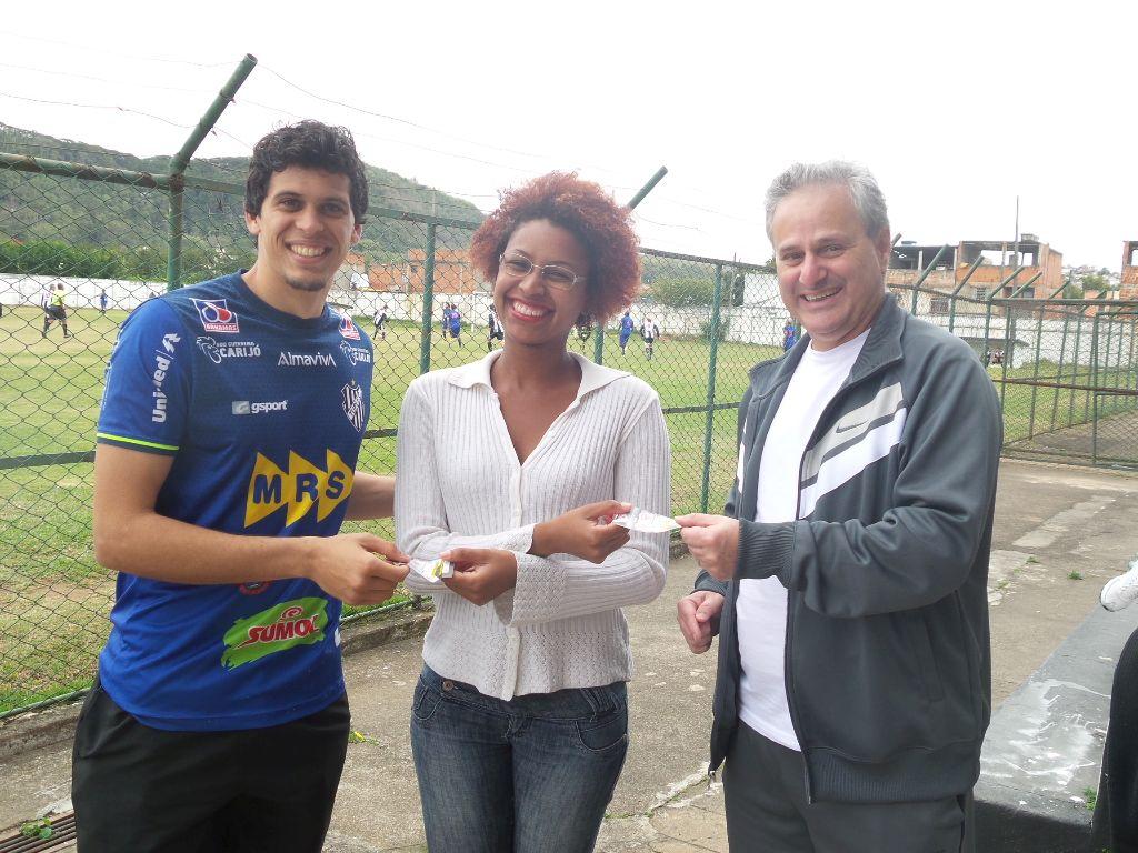 """Rodrigo, Fernanda e Maranhas na entrega dos ingressos da promoção exclusiva do Toque de Bola, """"Uma Palavra por Dois Ingressos"""""""