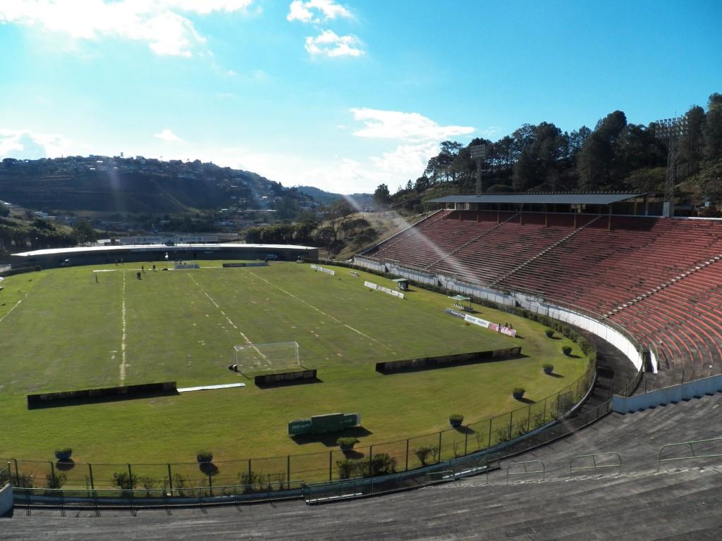 Campo do Mário Helênio: dimensões reduzidas e gramado em 60% das condições ideais para a partida