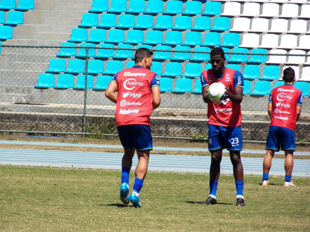 Gustavo e Felipe Alves treinaram juntos durante quase toda a atividade desta quinta-feira