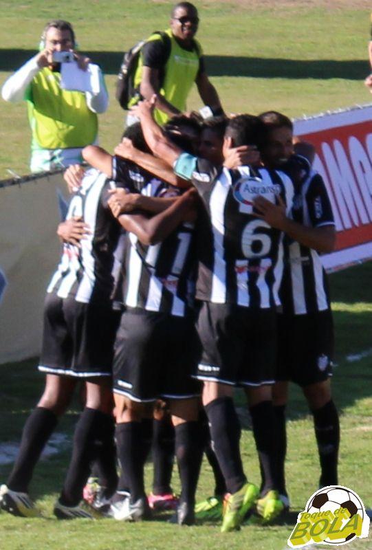 Jogadores comemoram segundo gol carijó: união foi destacada por Ademilson após o jogo