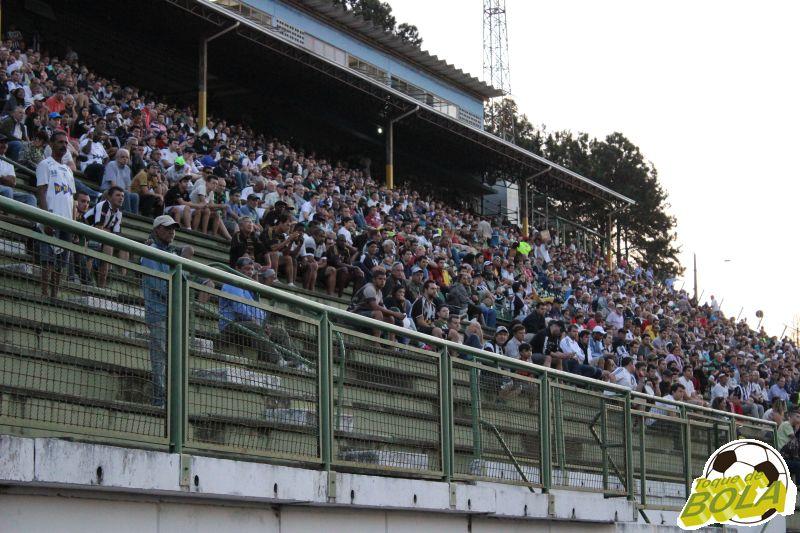 A torcida compareceu ao estádio para apoiar o Tupi