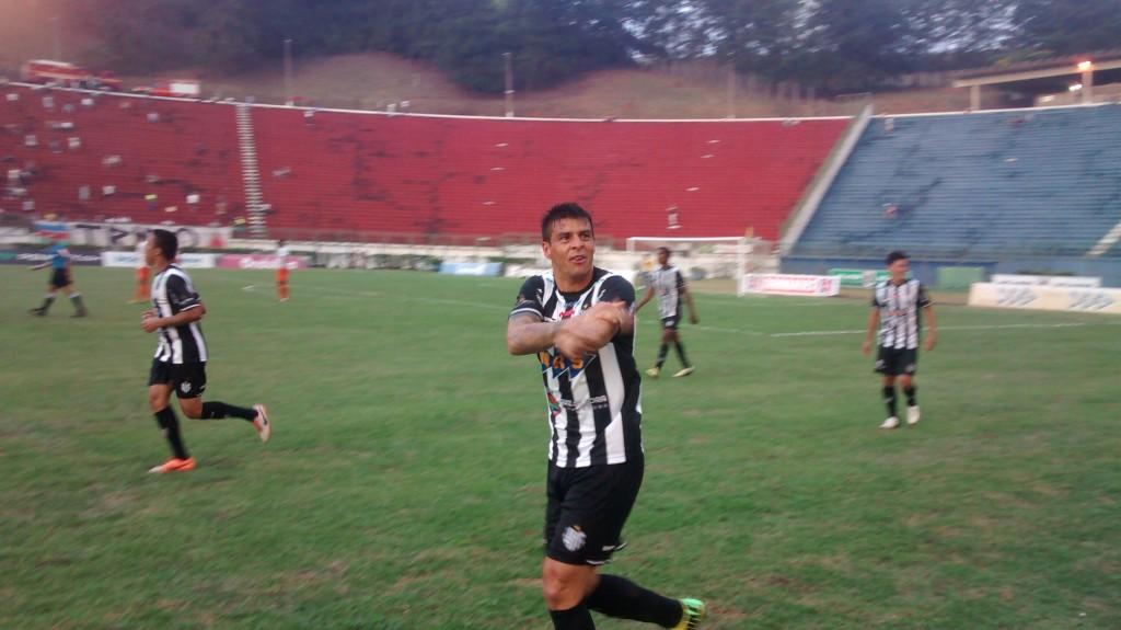 Douglas comemora o gol da virada contra o Duque de Caxias: atacante marcou dois gols em cerca de três minutos