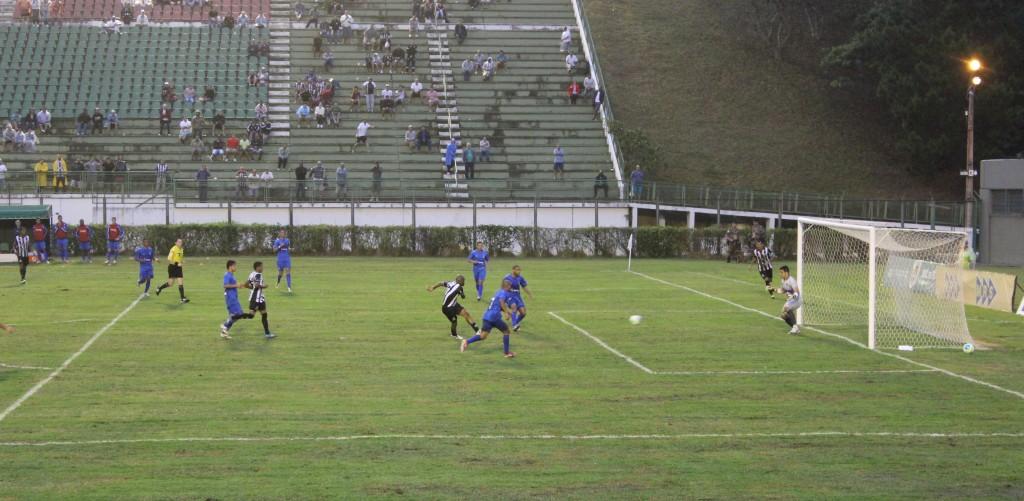 Ademilson voltou a marcar no Mário Helênio, após receber ótimo cruzamento de Fabrício Soares
