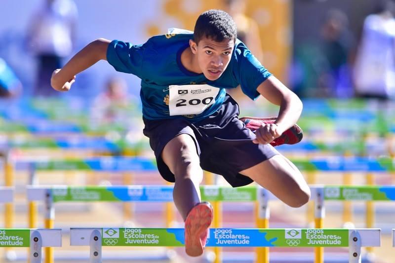João Victor nos 80 metros com barreiras