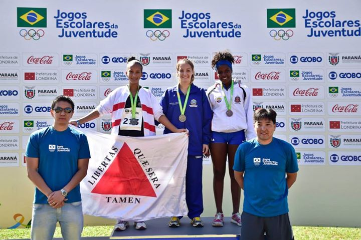 Raphaela sobe ao pódio para receber a medalha de prata dos Jogos Escolares da Juventude