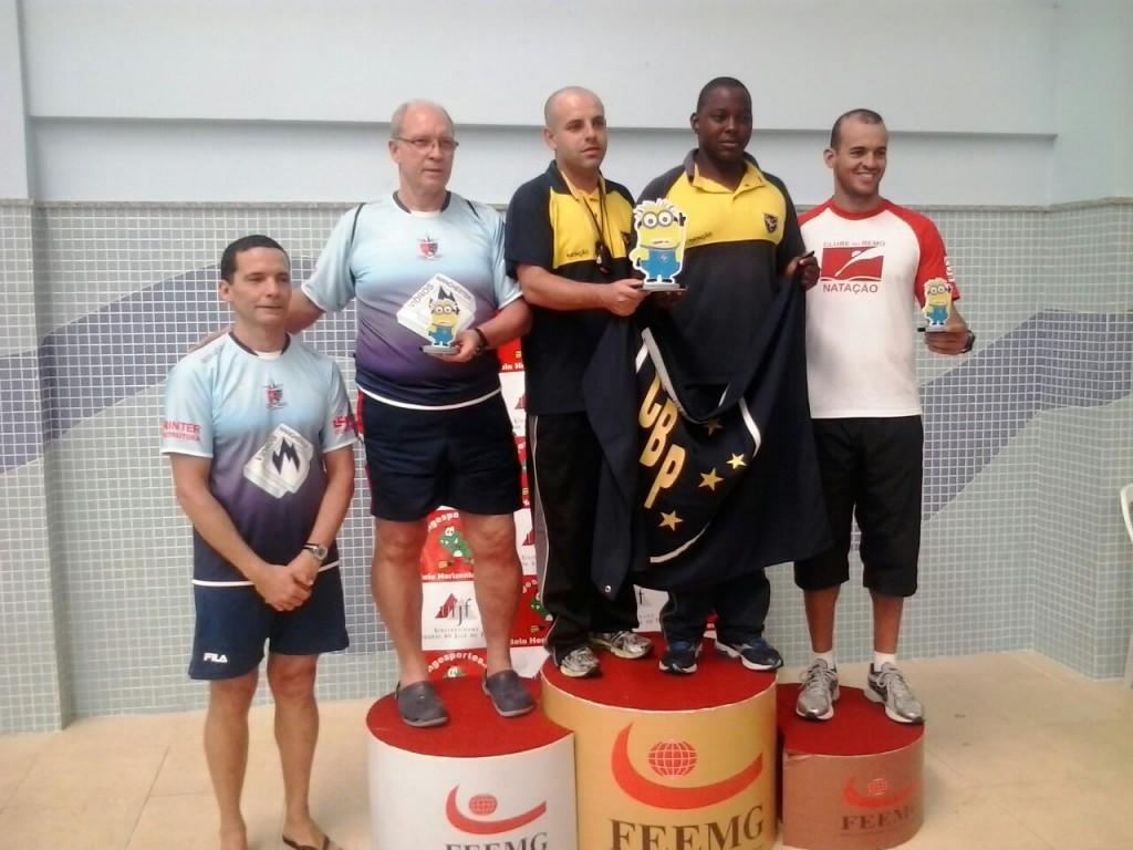 Profissionais do Clube Bom Pastor recebem o troféu de primeiro colocado no Festival Velocidade de Natação