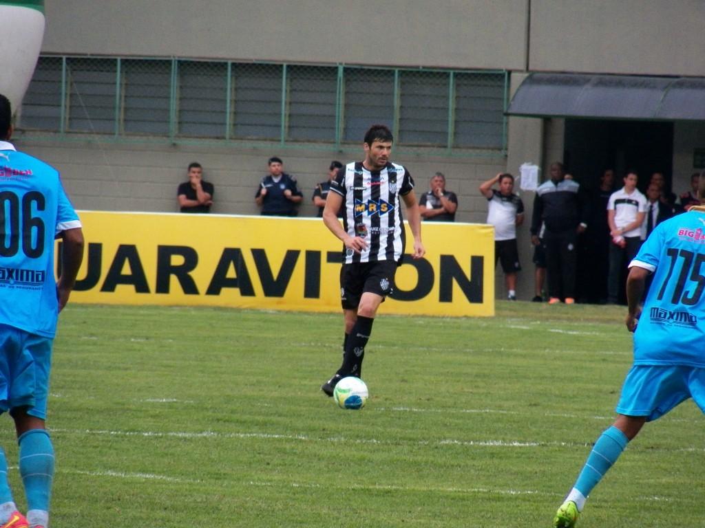 Zagueiro do Tupi, Wesley Ladeira, cometeu falta dura para parar contra-ataque do Papão e acabou levando o vermelho direto do árbitro