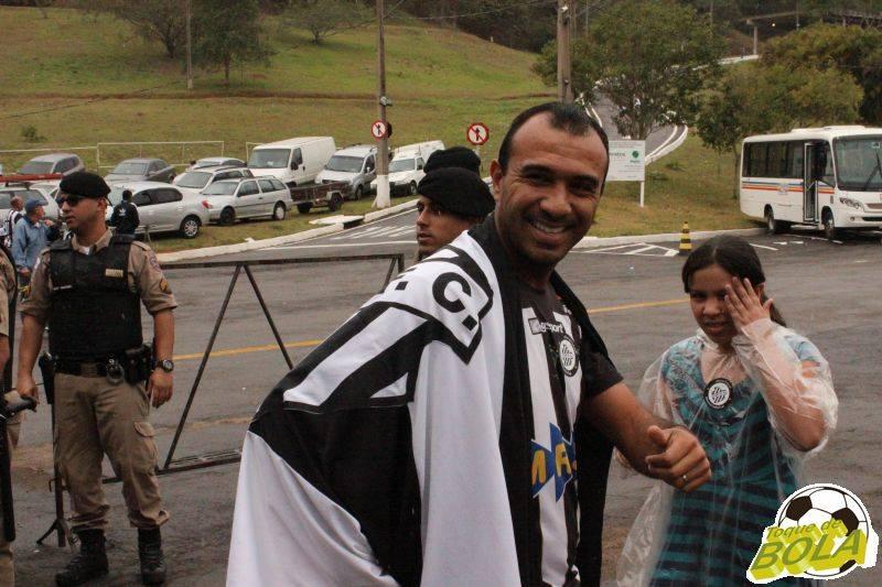 Felipe Surian, com a bandeira do Tupi, seguindo para a arquibancada antes de Tupi x Paysandu, no Estádio Municipal Radialista Mário Helênio