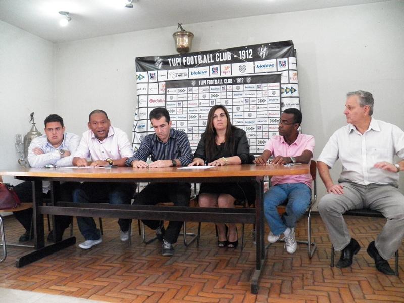 Membros da diretoria do Tupi estiveram presentes na reunião que oficializou a saída de Condé. Futuro do clube já começou a ser trabalhado