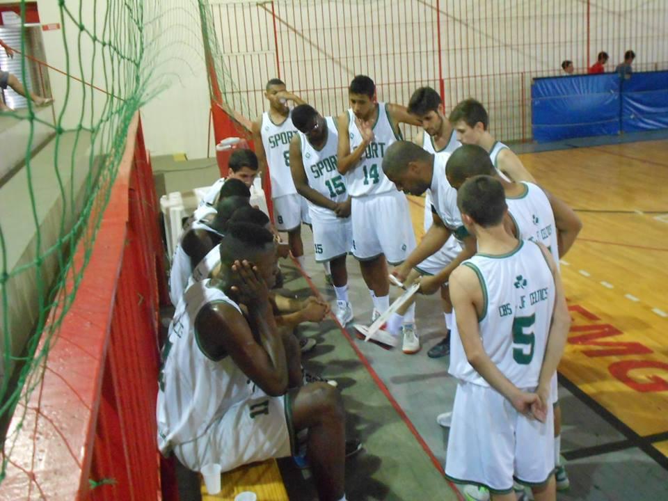 JF Celtics/Sport Club Juiz de Fora: momento de passar instruções aos jogadores durante o encontro local pelo estadual Sub-17