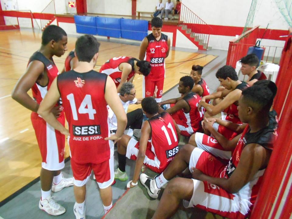 Sesi Juiz de Fora: técnico José Ricado conversa com os atletas. Ele exalta trabalho em conjunto com outros treinadores em benefício da formação da equipe