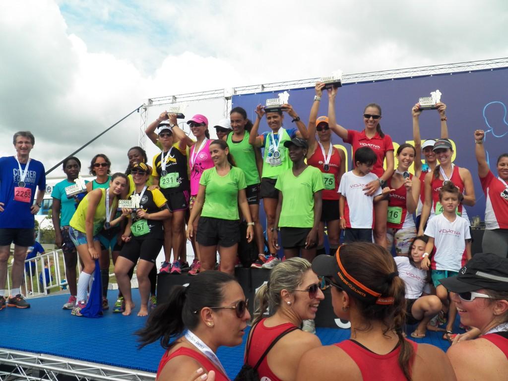 Meninas fazem a festa na premiação das equipes femininas
