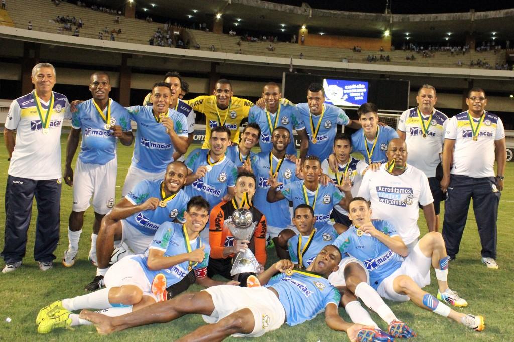 Campeões posam para foto após conquista em pleno Mangueirão lotado. Foto: Tiago Ferreira