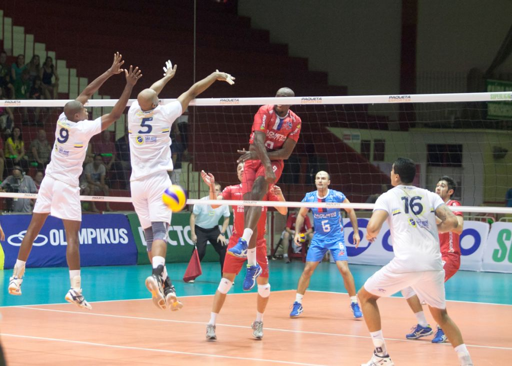 Lance do jogo entre Voleisul/Paquetá Esportes e São José Vôlei, com participação de Robinho (9) - Foto Divulgação/Daniel Nunes