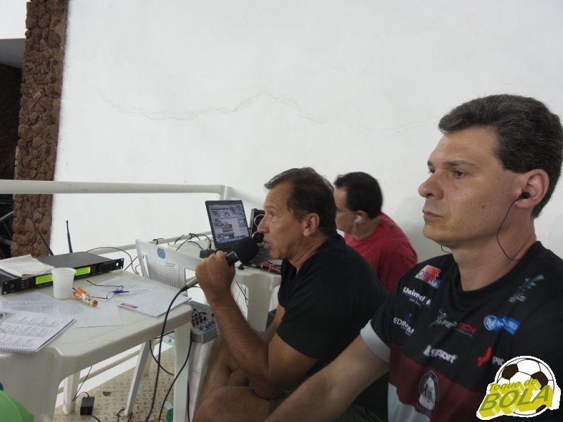 Na cabine do Toque, os comentaristas convidados José Eduardo Bara e Eugênio Gomes e o técnico de som Webert Britto