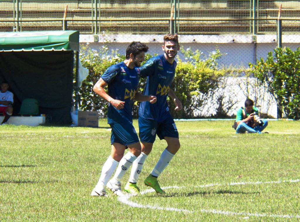 Marco Goiano (esquerda) mostrou a que veio com gol de falta e participação ativa no amistoso