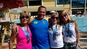 Luiz Carlos Pessoa Nery com atletas da equipe de natação do Clube Bom Pastor, onde atuou em 2014 (Foto Arquivo Toque de Bola)